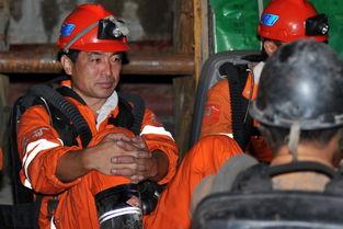 8月7日,在山东招远玲南矿业有限责任公司罗山金矿,救护车在现场待命.