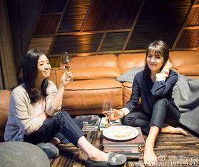 组图 刘涛蒋欣坐地把酒言欢 姐妹情深过周末